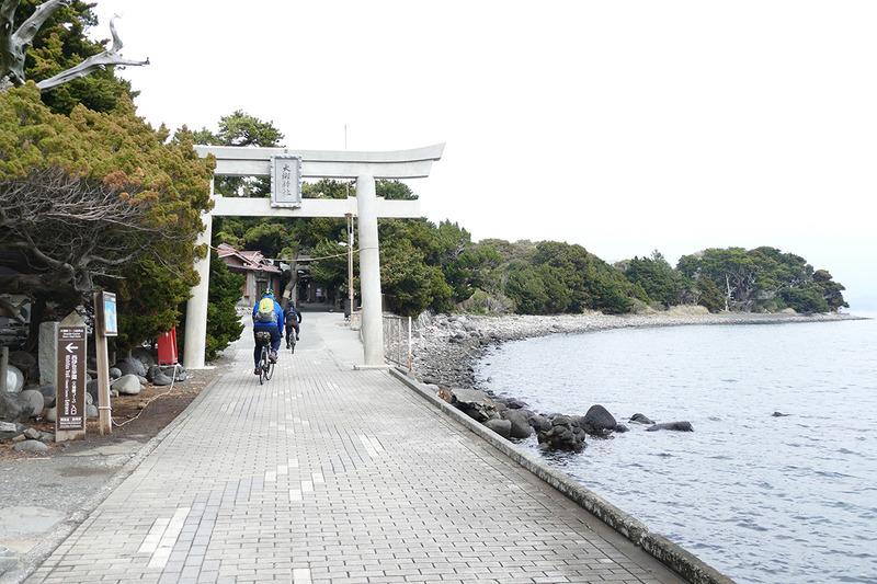 大瀬崎海岸沿いをのんびりと走ります
