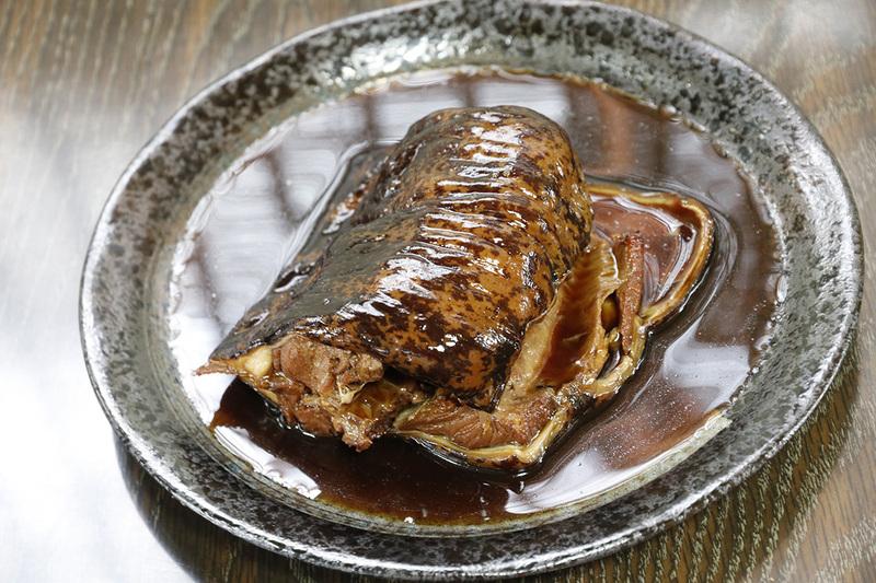 深海魚料理でも有名な「ゆうなぎ」。こちらはウツボの煮つけです。こちらも美味っ!!