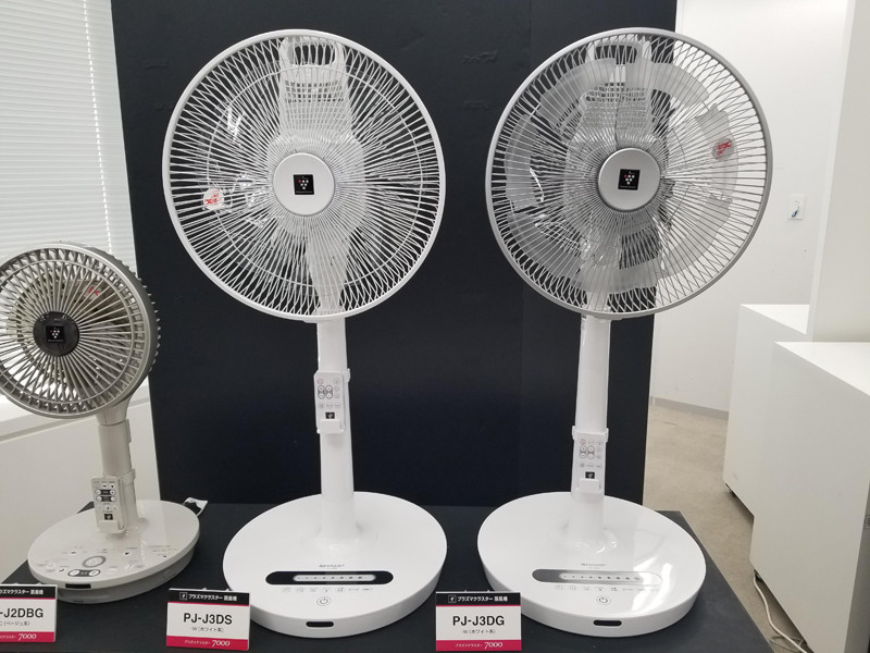 トリプルネイチャーウイングを採用したプラズマクラスター扇風機「PJ-J3DG」(右)