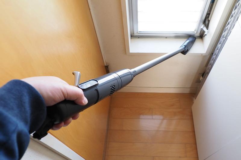 「たてよこノズル」を装着しての掃除している様子。狭いトイレの隙間エリアとか、窓際のちょっとしたスペースとか、スティック型掃除機では掃除しにくい、掃除できないような箇所にも使えます