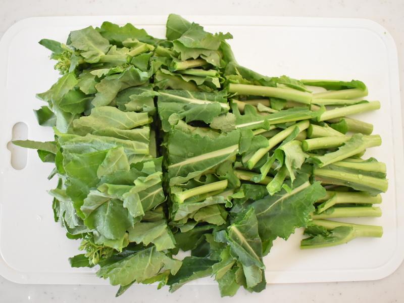 茎とつぼみを切り離し、食べやすい大きさに切る