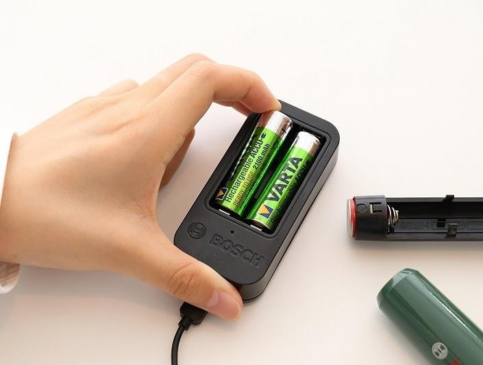 電源は単3形電池(ニッケル水素電池推奨)。充電式単3形電池×2本と充電器が付属します。なお、電源を入れてから使用可能になるまでにかかる時間は約60秒となっています