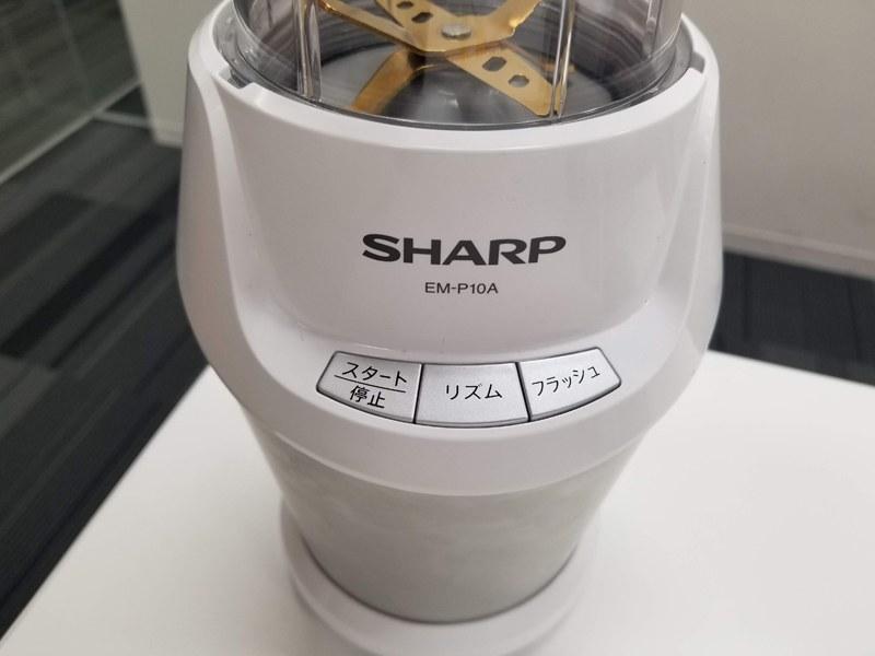 氷やコーヒー豆にも対応。操作部の「フラッシュ」ボタンで、好みの粒の大きさになるまで粉砕できる