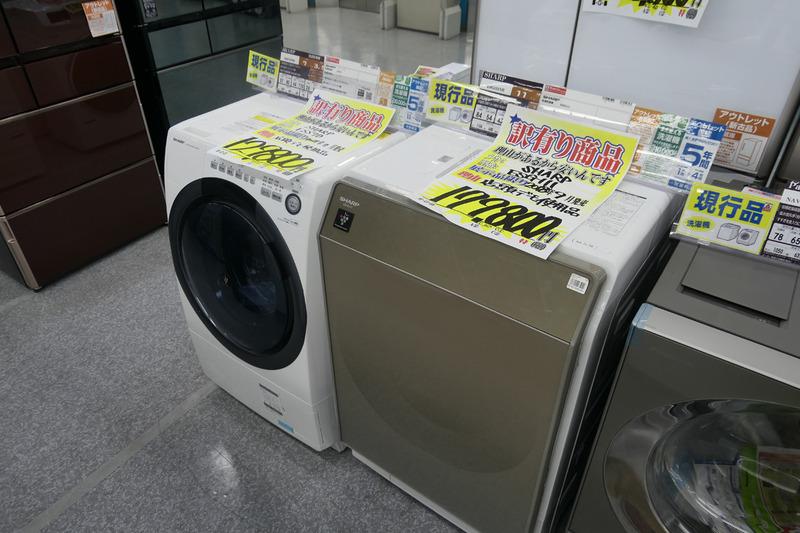 店頭デモに使用したシャープのドラム式洗濯乾燥機。現行品ながら、デモで水を使っていた関係で安くなっているとのこと