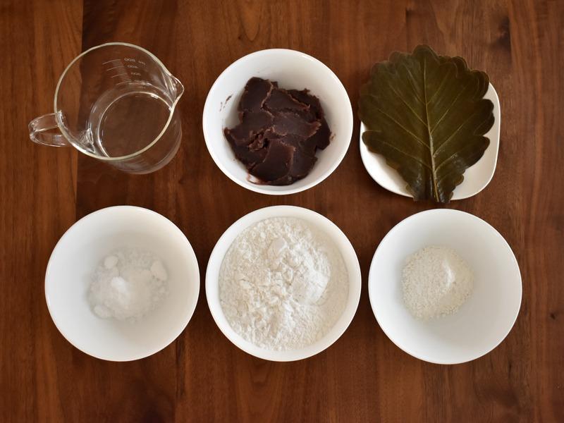 白い餅とこしあんの「柏餅」の材料