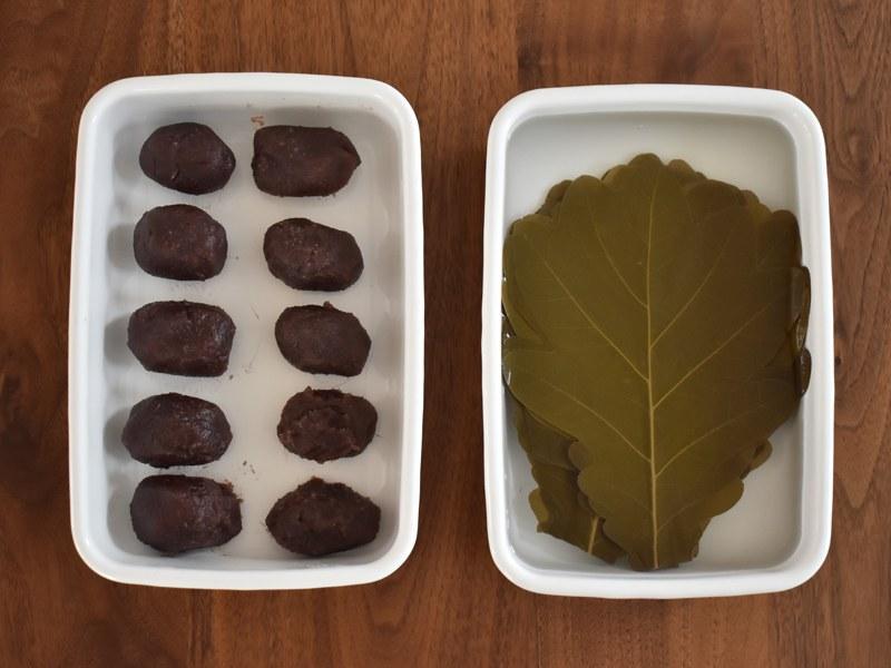 粉を混ぜ合わせる前に、柏の葉とこしあんの準備をする