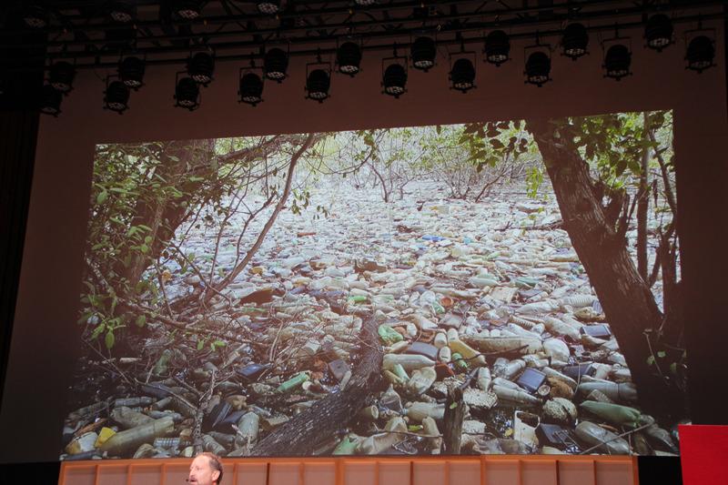 海へのプラスチック流出は、世界で年間1,000万トンと言われている