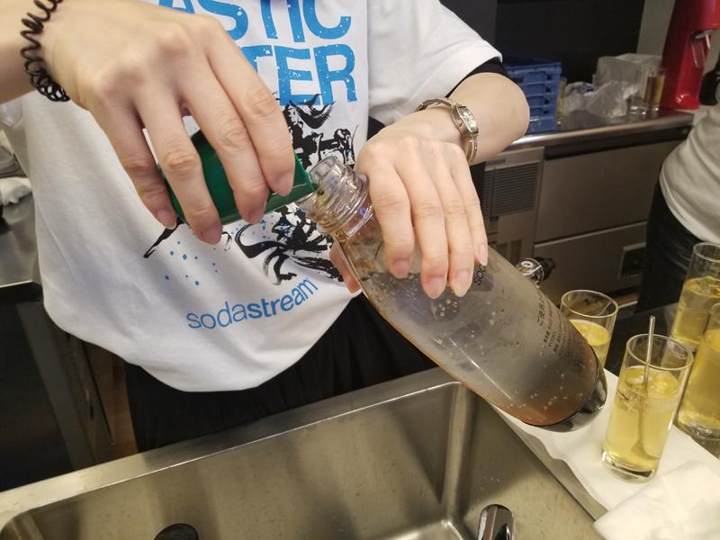 できあがった炭酸水にシロップを加え、ゆっくりなじませれば完成