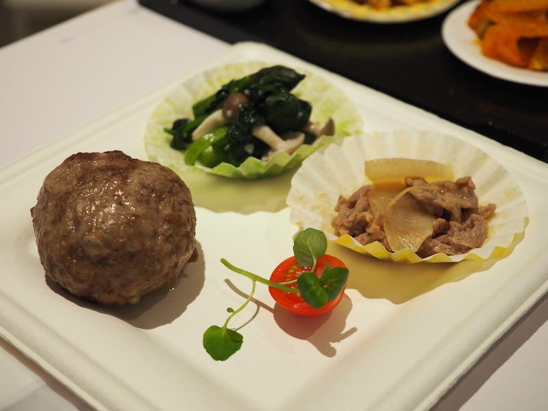 おまかせ調理で作ったハンバーグと、低温蒸し青野菜で作った「ほうれん草としめじの塩こうじ和え」など