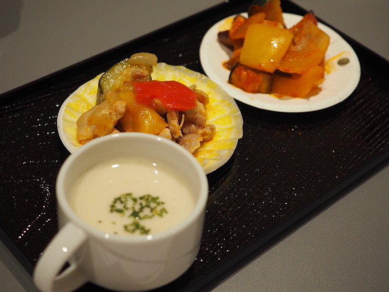 奥がカゴメ「濃厚仕立てのトマトソース」を使った料理。手前は「ヘルシオ ホットクック」で作った「じゃがいもポタージュ」