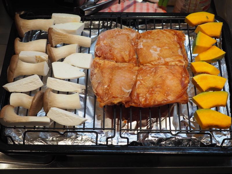 冷凍した鶏もも肉、常温で置いておいた、かぼちゃなどを一緒に角皿に乗せる