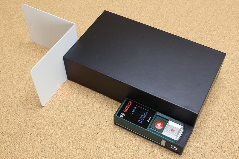 ひと工夫すればいろいろなモノを測れます。これは箱の長辺の長さを測っている様子