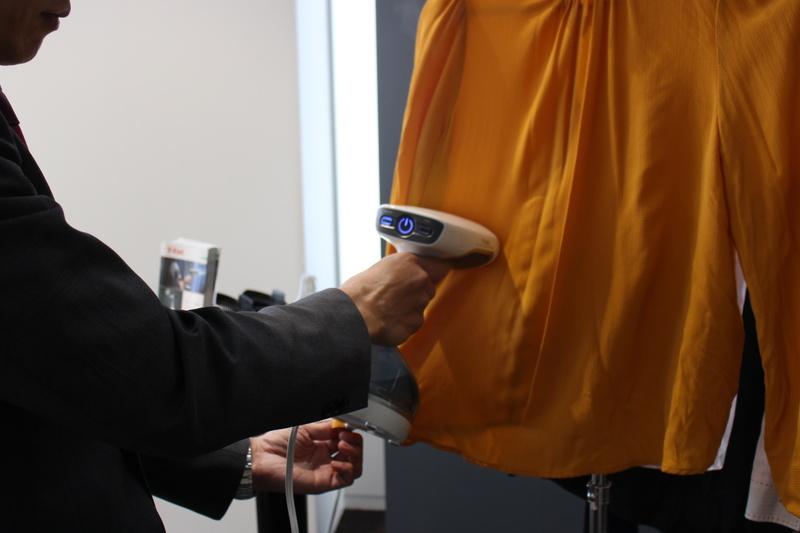 布を軽く引っ張り、ヒーティングプレートをあてながらスチームを噴出すると、シワがあっという間に伸びる