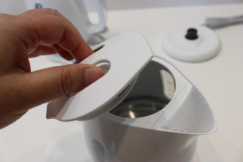フタが取り外せるため、中まで手を入れて洗いやすい。注ぎ口のフタは傾けると開く仕組み。使わないときはホコリ除けになる