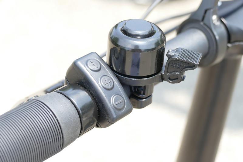 左ハンドルにシンプルな操作スイッチ