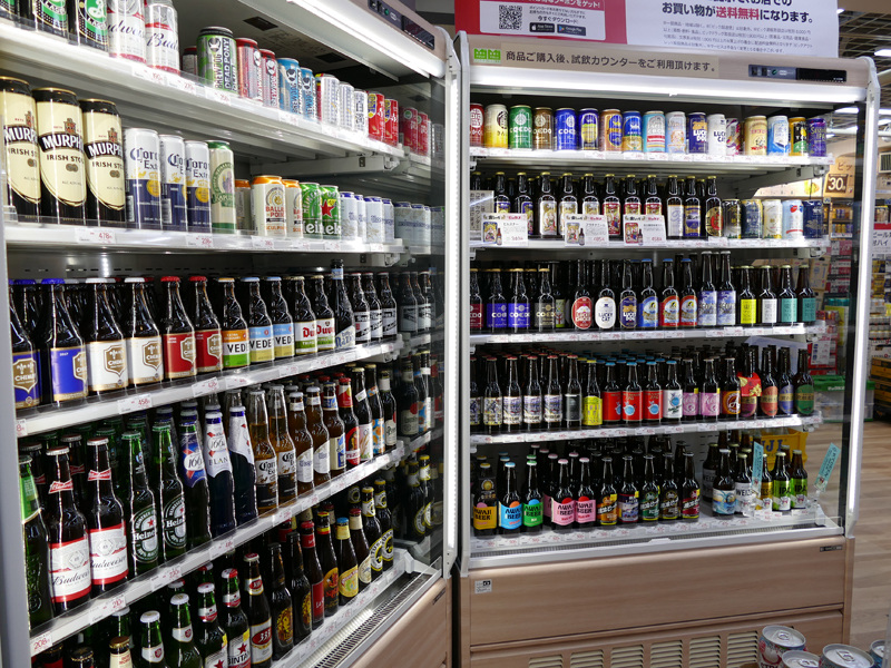こんなにたくさんの種類のクラフトビールを売っています。これも会計すれば試飲カウンターで飲めます