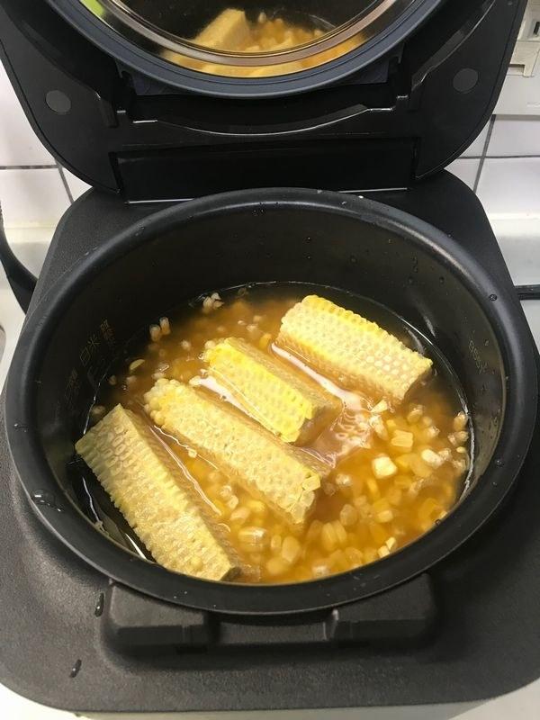 先にトウモロコシの粒をのせてから、最後に芯の部分ものせ、「白米・やわらかめ」で炊飯をする