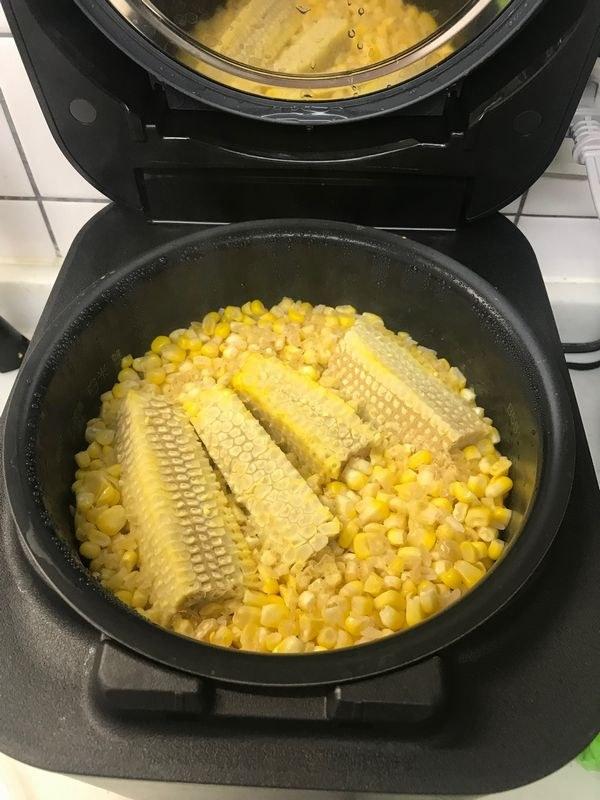 炊きあがったところ。火が通るとトウモロコシの粒の黄色が鮮やか