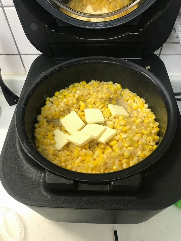 炊きあがったごはんから芯を取り出し、バターを入れて全体を混ぜ合わせる