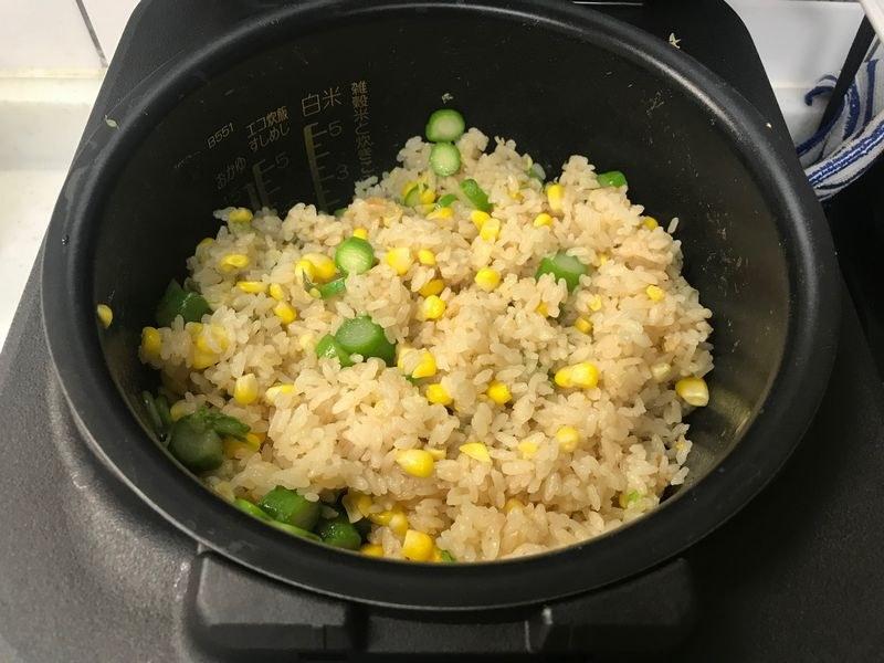 別鍋で茹でておいたグリーンアスパラを小口切りにして混ぜた「コーン&アスパラごはん」