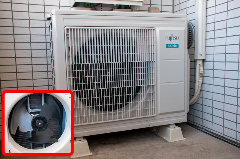 室外機サイズは約820×320×720mm(幅×奥行き×高さ)で、5.6kW出力のエアコンとしては標準的。内部の羽根の形がとても独特だ