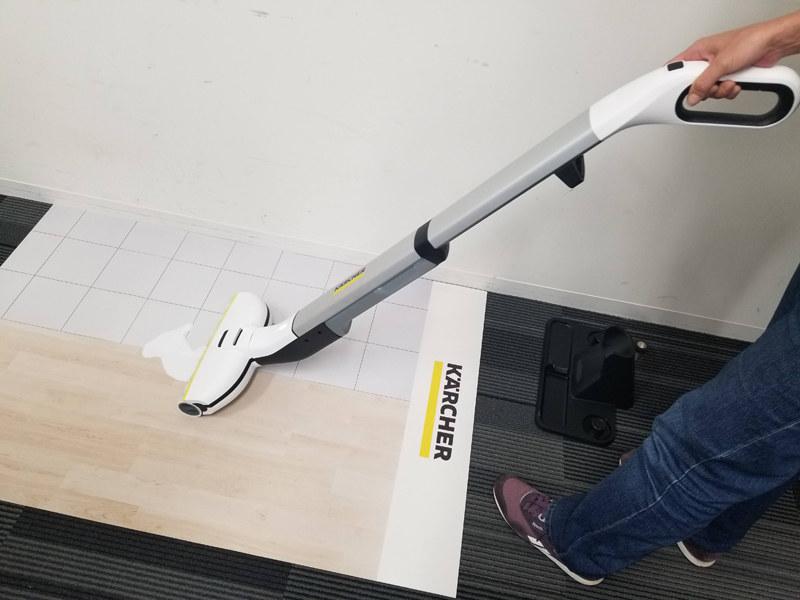 泥汚れや液体は汚水タンクに回収され、汚れを床に広げずにキレイに水拭きできる