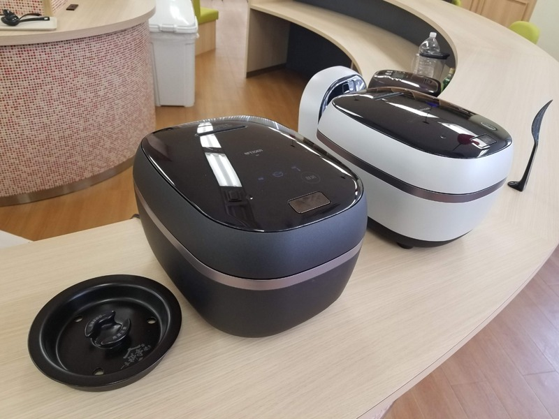 左から、一合料亭炊き搭載の「JPG-S100」、同社従来機の5.5合モデル
