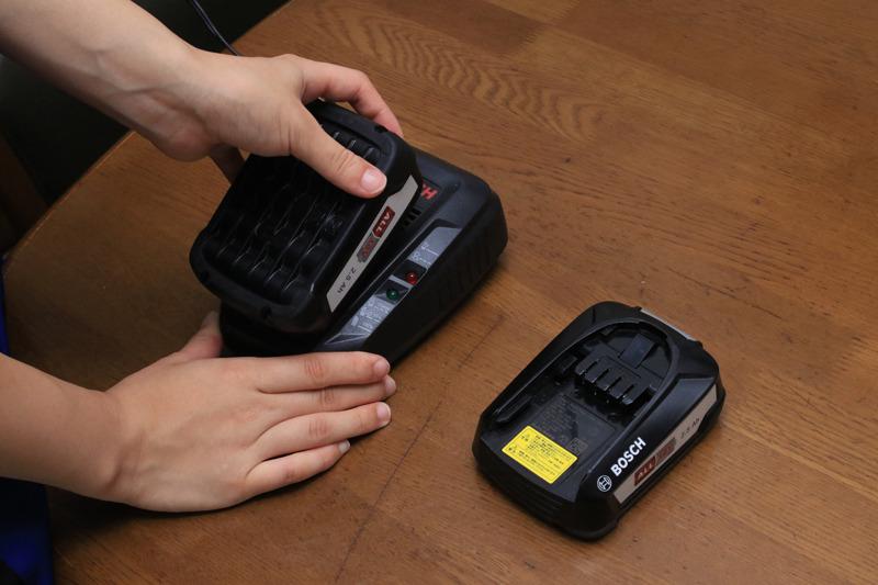 掃除機本体にACアダプタをつなげても充電できるが、工具用の急速バッテリーチャージャーも付属