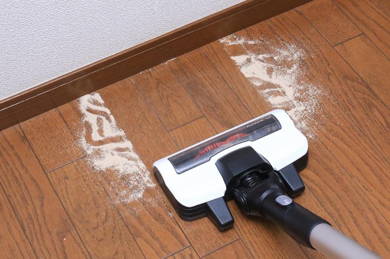 砂ゴミ系の吸引力は最強! 静かなのにこの吸引力は凄い! 壁の際の際まで掃除できる