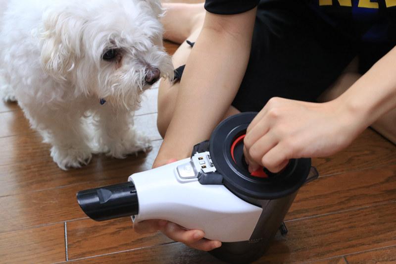 ペットの食べこぼしなどは、先端ツールを外してハンディで掃除するといい