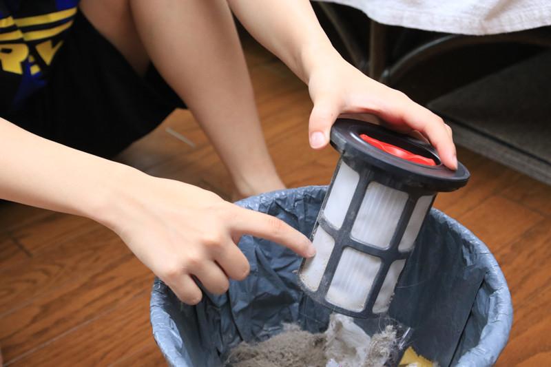 びっくりするほど微粒子状のゴミが取れる。ただゴミを捨てるとき、少し舞い散ってしまうので袋の中などで開けるとよさそうだ