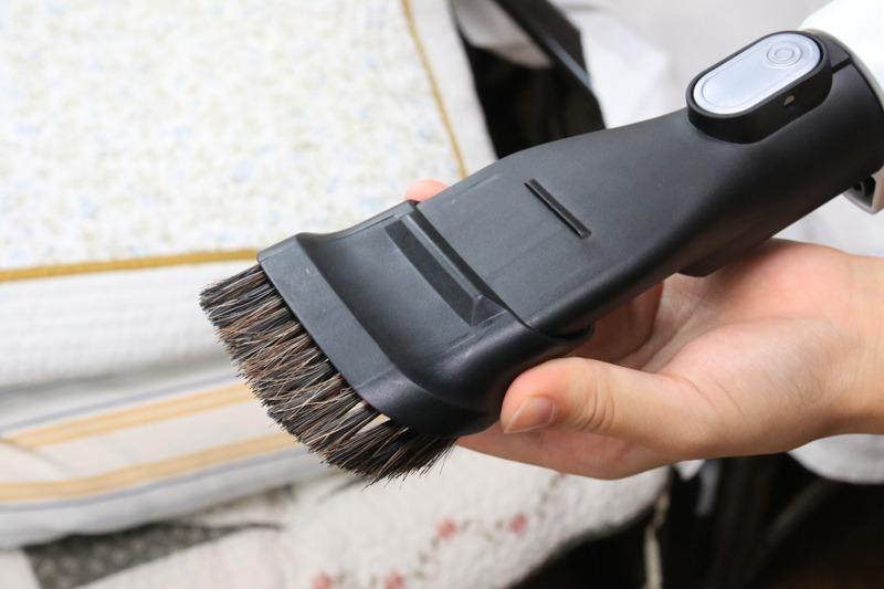 ブラシはスライドして出し入れできるので、ペットの食べこぼしの掃除などはブラシを引っ込めるとよく吸い込む