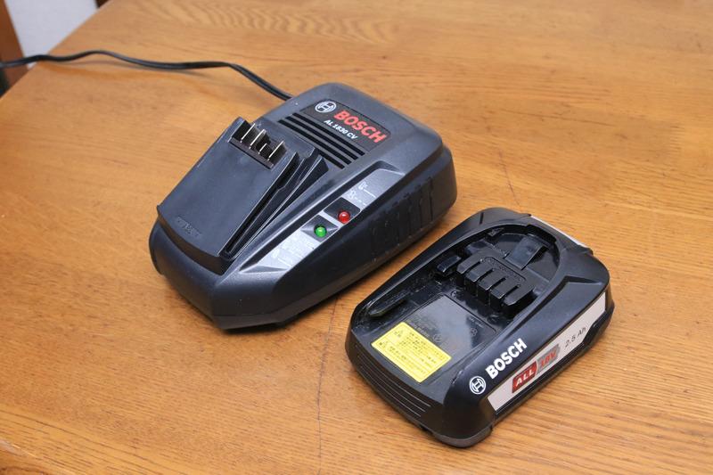 急速充電器なら60分でフルチャージ。ただ電動工具と共用なので、デザイン的にちょっとダサイ(笑)