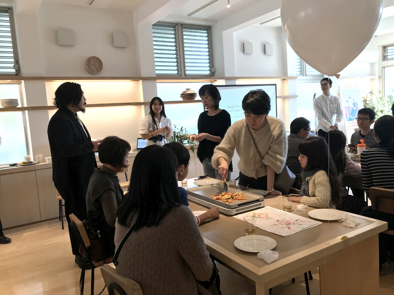 子供向け施設「景丘の家」で幅広い世代の50人が参加し、家族ではない人たちが一緒に食事をする場を体験