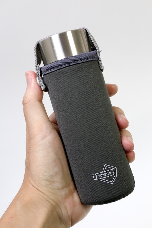 専用ボトルカバーも別売りで用意されています。カラビナ付きやリュックのベルトに固定できるカバーもあります