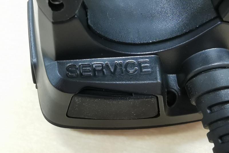 本体右側にあるボタン。裏側を見ると「SERVICE」の表記がある