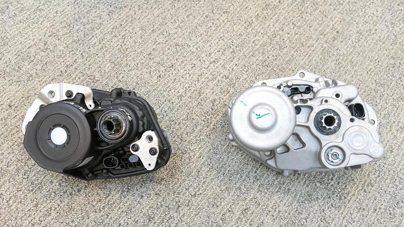 左側がフルモデルチェンジした新型の「Performance Line CX」で、右側のシルバーが前モデル。25%の軽量化、48%の小型化に成功している