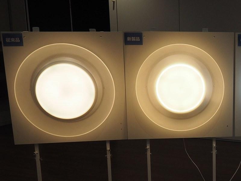 AIR Panel LEDの新モデル(写真右)と旧モデル(写真左)を比較。センターライト直径が小さくなり、その分導光パネルの割合が広くとられている