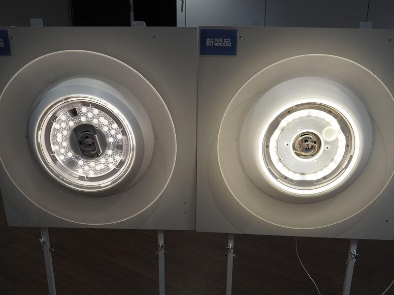 旧モデル(写真左)と新モデル(写真右)のLED配置を比較。旧モデルはLEDをライト全体に散りばめた一般的な配置なのに対し、新モデルはLEDを円状に配置して、中心を導光パネルで光らせている