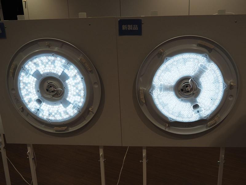 スタンダードLED比較。旧モデル(写真左)と新モデル(写真右)のLED配置を比較。新モデルは磨りガラス状のより光拡散性の高いレンズでLEDを覆っているため、旧モデルと比較して「ライト全体が光っている」印象
