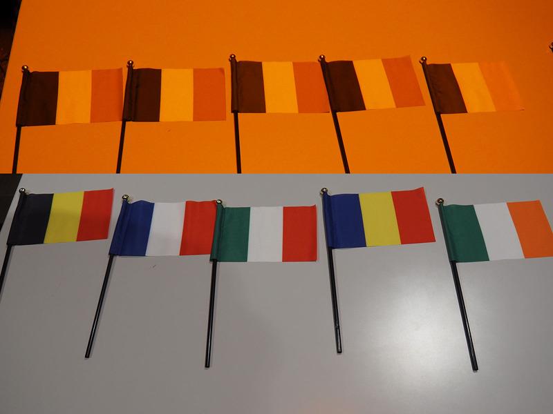 演色性によって色の再現度が変わることを体感するためのデモンストレーションも行なわれた。演色性がRa20(写真上)という非常に特殊な明かりのもとでの国旗と、演色性Ra90(写真下)の光で見た国旗を比較