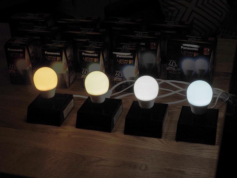 左から電球色、温白色、昼白色、昼光色。温白色は落ち着きがありながらもはっきり見える絶妙な色で、介護にも最適だという