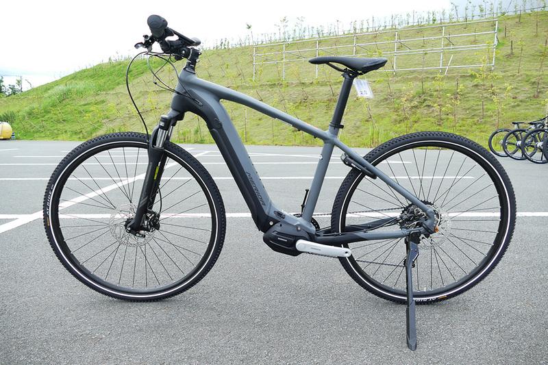 クロスバイクタイプのe-bike「ePASSPORT 400 EQ」。実際のモデルにはフェンダーやリアキャリアが標準装備される
