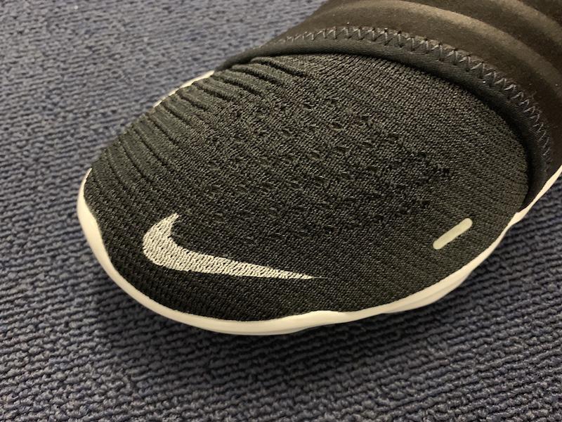 アッパーは伸縮性に優れたナイキ フライニットを採用。足を包み込むようにフィットする