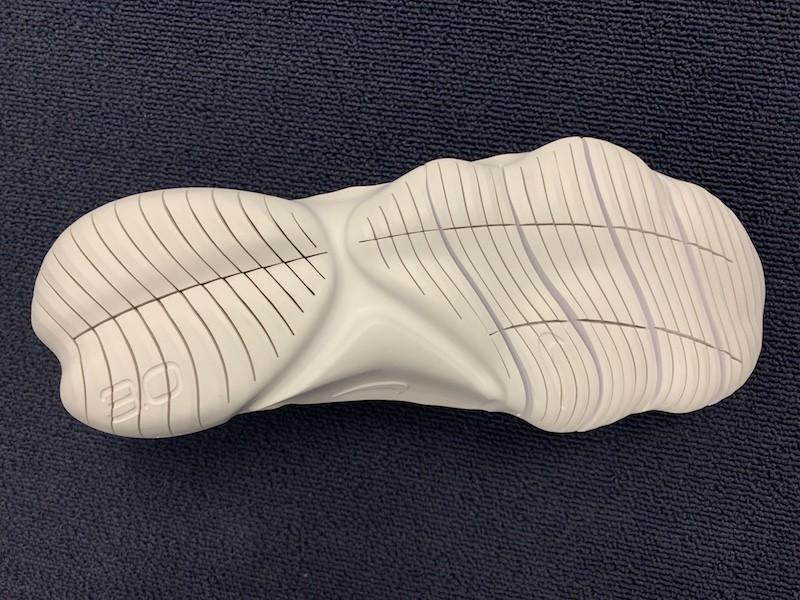 新たにデザインされたアウトソール。人間の足の構造を徹底研究することから生まれた切込みが、足の自由な動きを提供する