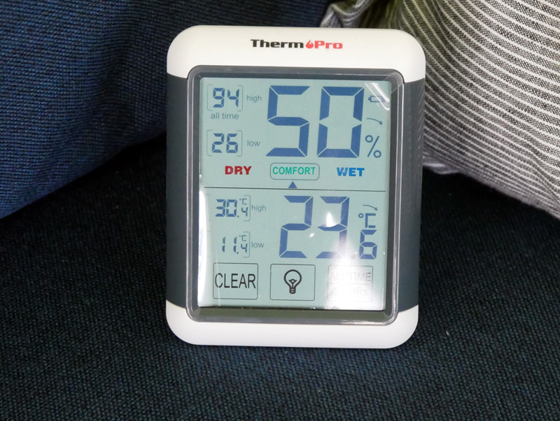エアコンから遠い場所に置いた温度計。20分ほどで設定温度の23℃に近付きました。強い風が出ており、部屋が冷えるスピードが早いと感じました
