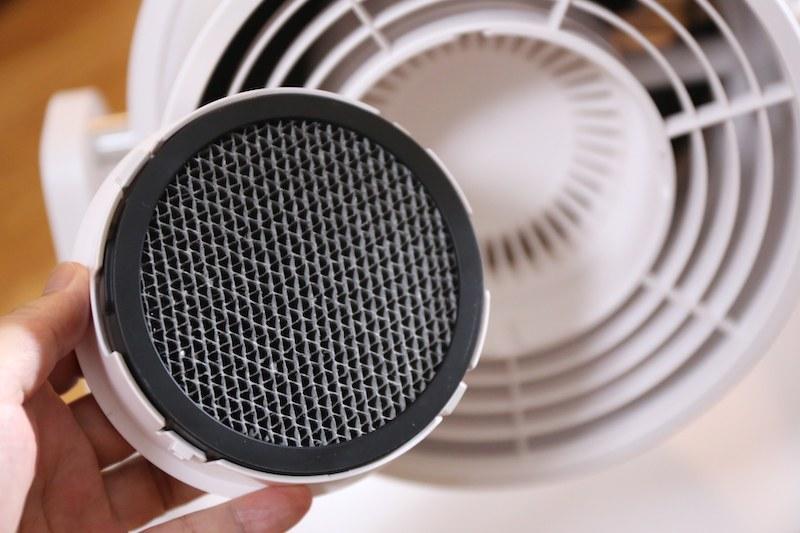 吸い込み口の部分に活性炭の脱臭フィルターを備える。使用の目安は6カ月間。交換用のフィルターは2,000円(税抜)