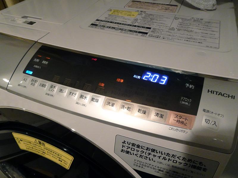 「AIお洗濯」を実行したい時には、左端のAIボタンをオンにする。ただし、設定できる洗濯コースや併用できるほかの機能は限られている。とはいえ、スタートボタンを押すだけで、洗濯量や洗剤の種類、汚れ度合いなどによって最適な洗濯を行なってくれるため、時間はもちろん、洗剤、水量のムダがないのがうれしい