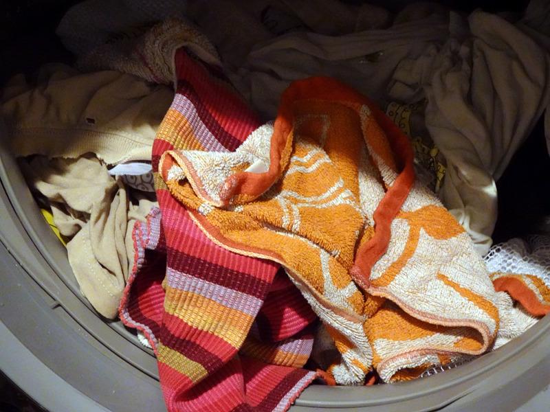 「温風ほぐし」を設定した洗濯終了後のドラム内の衣類。繊維がフワッとほぐされているので、冷たい水で固く絞られた後のような感じがせず、既に絞りシワのようなものも少ない