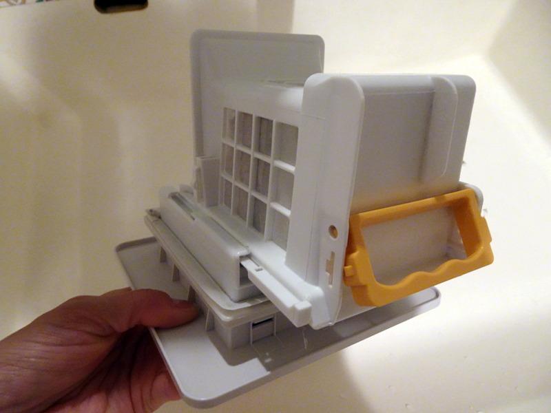 黄色いハンドルを手前に引っ張ることで、ボックス状の乾燥フィルターを分解できる仕組みだ